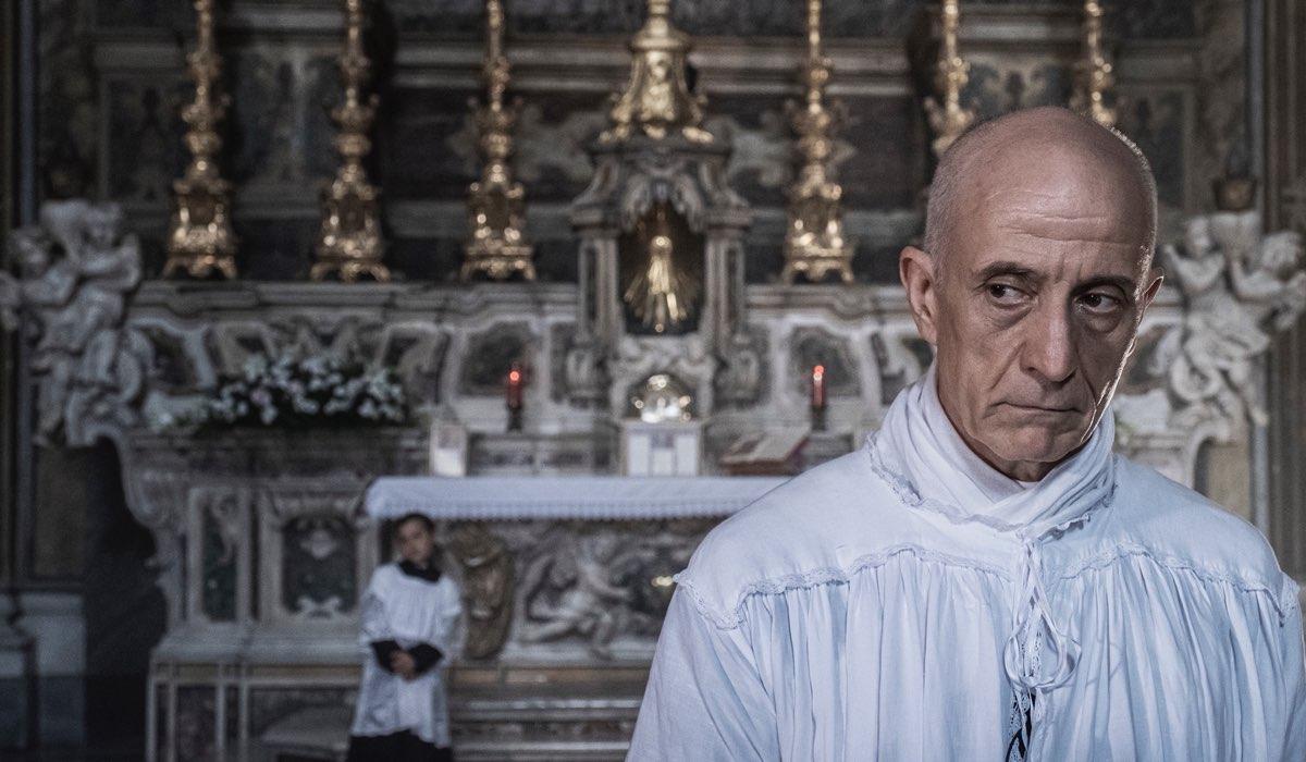 Peppe Servillo Interpreta Don Pierino ne Il Commissario Ricciardi. Credits: Anna Camerlingo/Rai