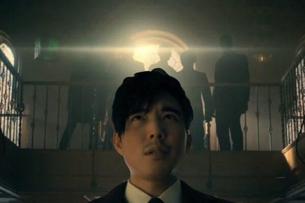 Justin H. Min interpreta Numero 6 insieme alla Sparrow Academy nel finale di The Umbrella Academy 2. Credits: Netflix.