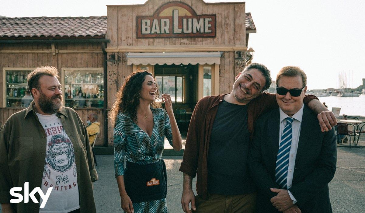 Stefani Fresi, Enrica Guidi, Filippo Timo e Corrado Guzzanti ne I Delitti Del Barlume 8. Credits: Sky e Paolo Ciriello