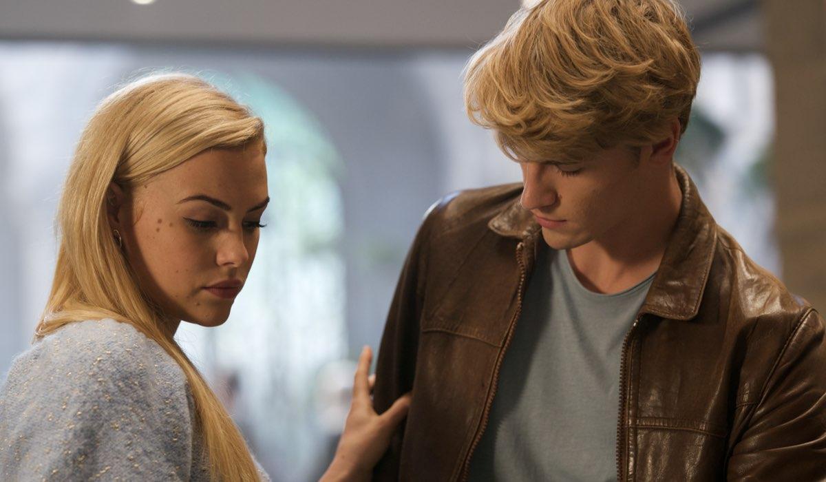 Da sinistra: Hannah van der Westhuysen (Stella) e Danny Griffin (Sky) in una scena di Fate: The Winx Saga. Credits: Jonathan Hession/Netflix.