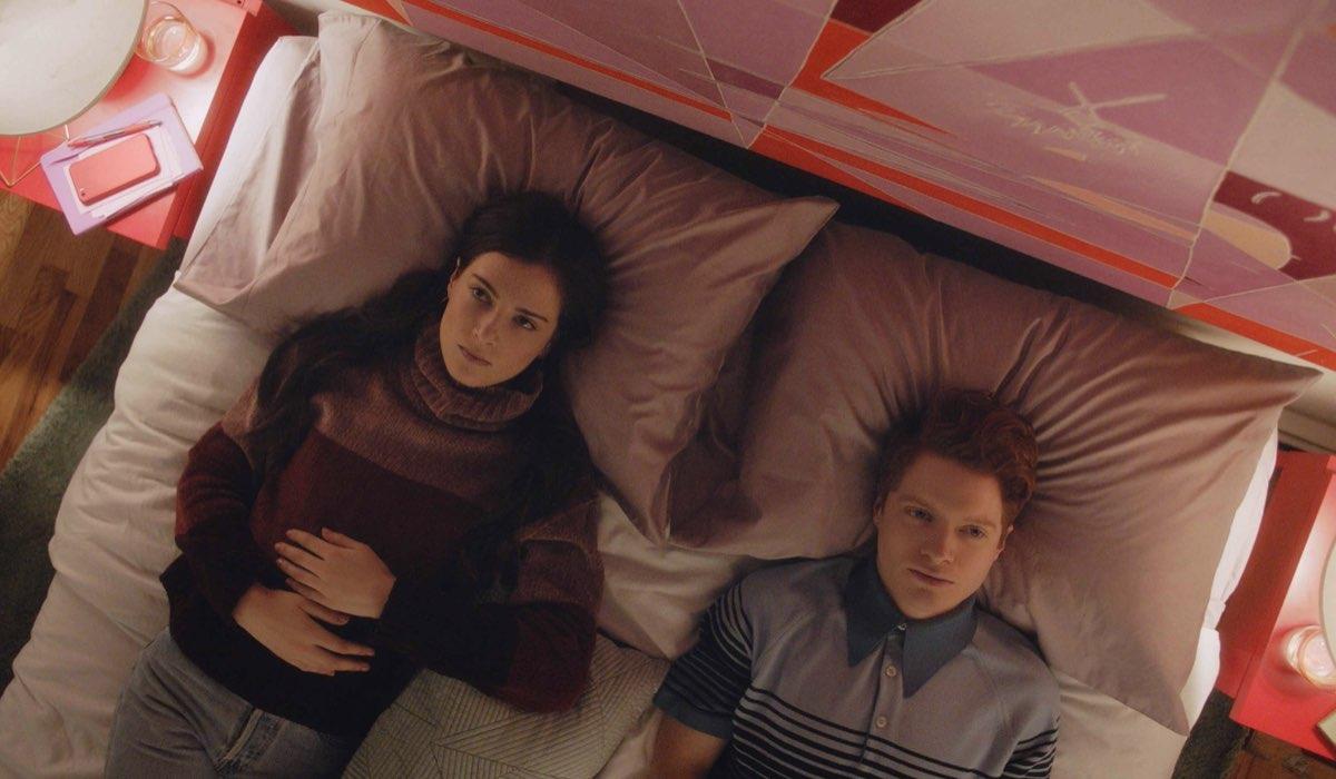 Da sinistra: Zoe Levin e Brendan Scannell in Bonding. Credits: Netflix.