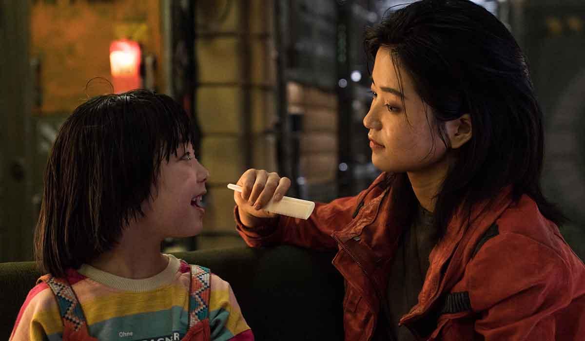Kim Tae-ri e Park Ye-rin in una scena di Space Sweepers. Credits: Netflix.