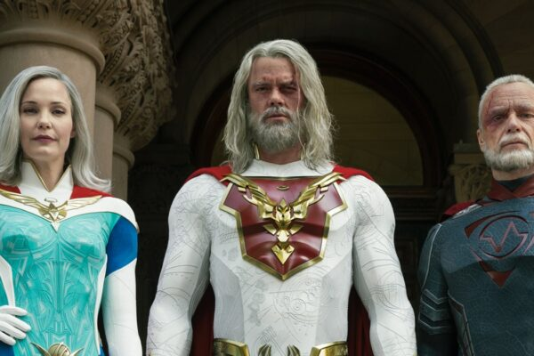 Da sinistra a destra: Leslie Bibb, Josh Duhamel e Ben Daniels in Jupiter's Legacy. Credits: Steve Wilkie/Netflix.