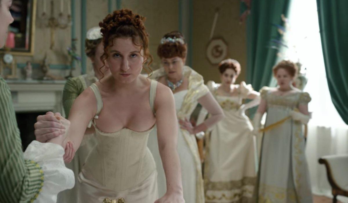 In primo piano: Prudence Featherington (Bessie Carter), Lady Portia (Polly Walker), Philippa (Harriet Cains) e Penelope (Nicola Coughlan) in una scena di Bridgerton. Credits: Netflix.
