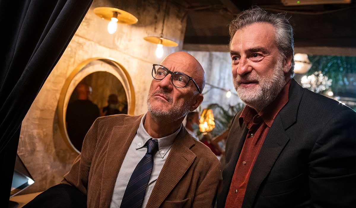 Claudio Bisio e Max Tortora in Tutta colpa di Freud. Credits: Amazon Prime Video/RTI/Lotus Production.