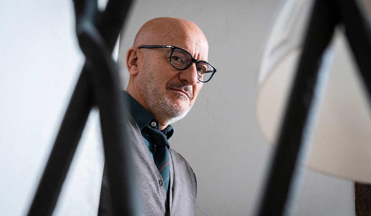 Claudio Bisio nella serie televisiva Tutta colpa di Freud. Credits: Amazon Prime Video/RTI/Lotus Production.