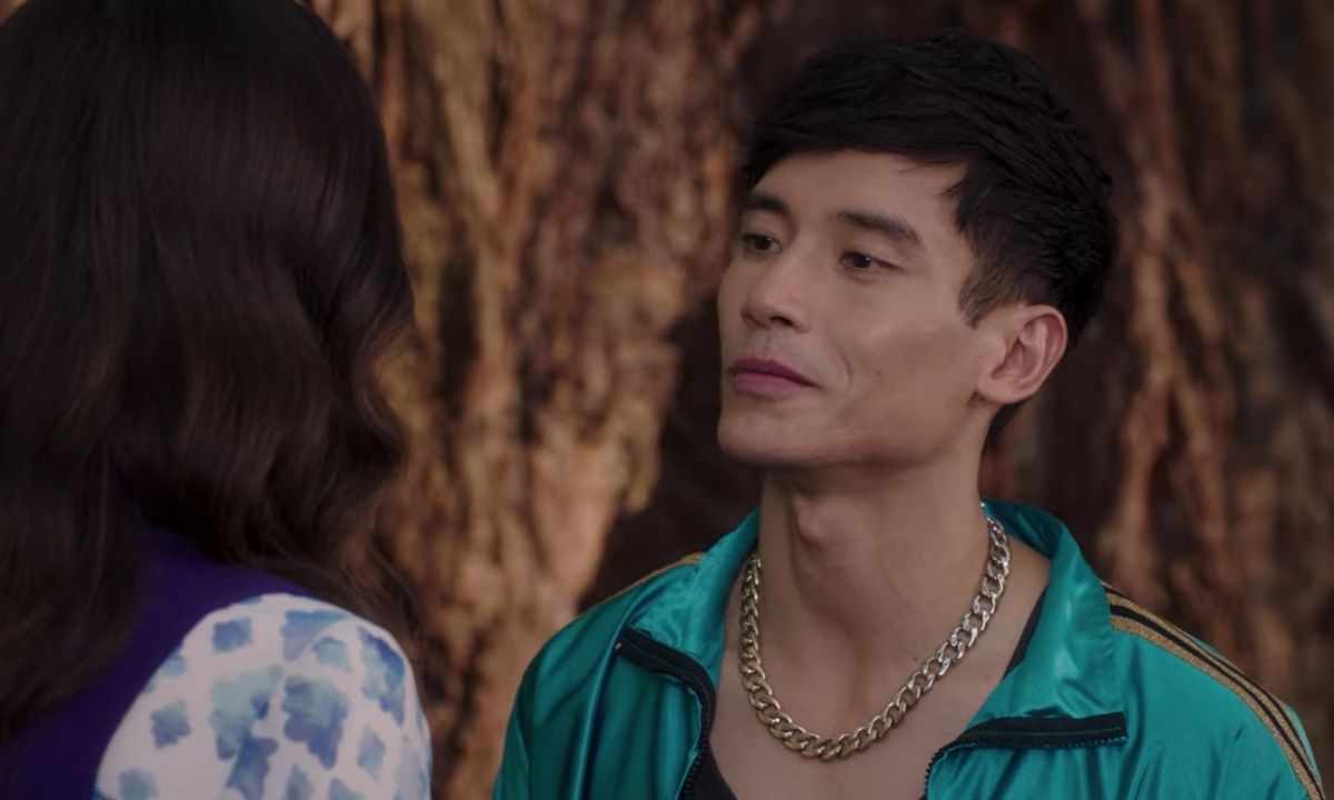 Da sinistra a destra: Janet (D'Arcy Carden) e Jason (Manny Jacinto) si dicono addio. Credits: Netflix/fotogramma.