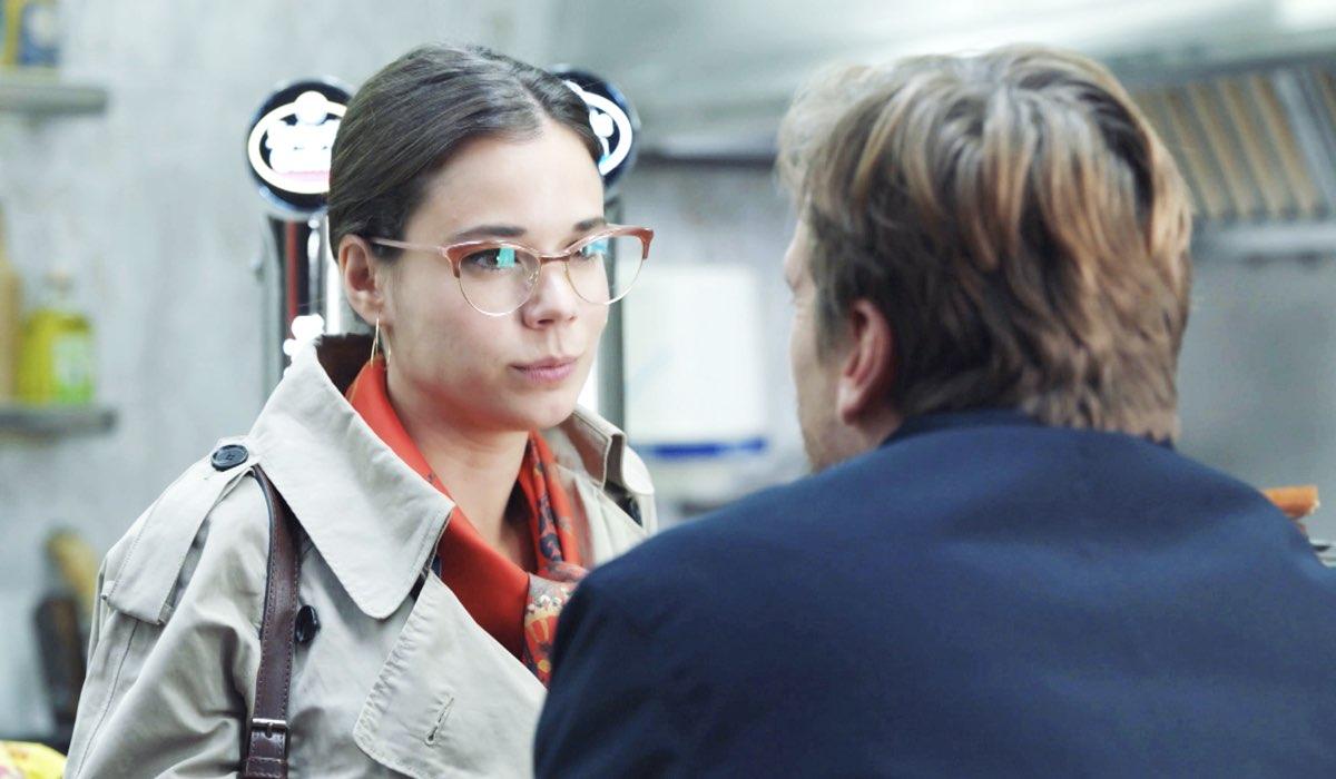 Laia Costa e Guillermo Pfening in una scena di Foodie Love. Credits: HBO España/RaiPlay.