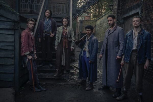 Da sinistra a destra: Harrison Osterfield, Thaddea Graham, Darci Shaw, McKell David, Royce Pierreson e Jojo Macari. Credits: Matt Squire/Netflix.