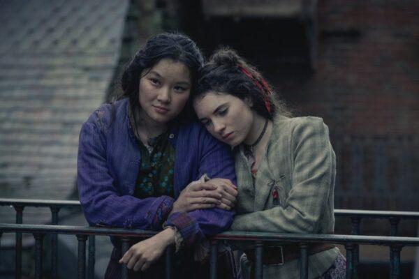 Thaddea Graham (Bea) e Darci Shaw (Jessie) in Gli Irregolari di Baker Street. Credits: Matt Squire/Netflix.