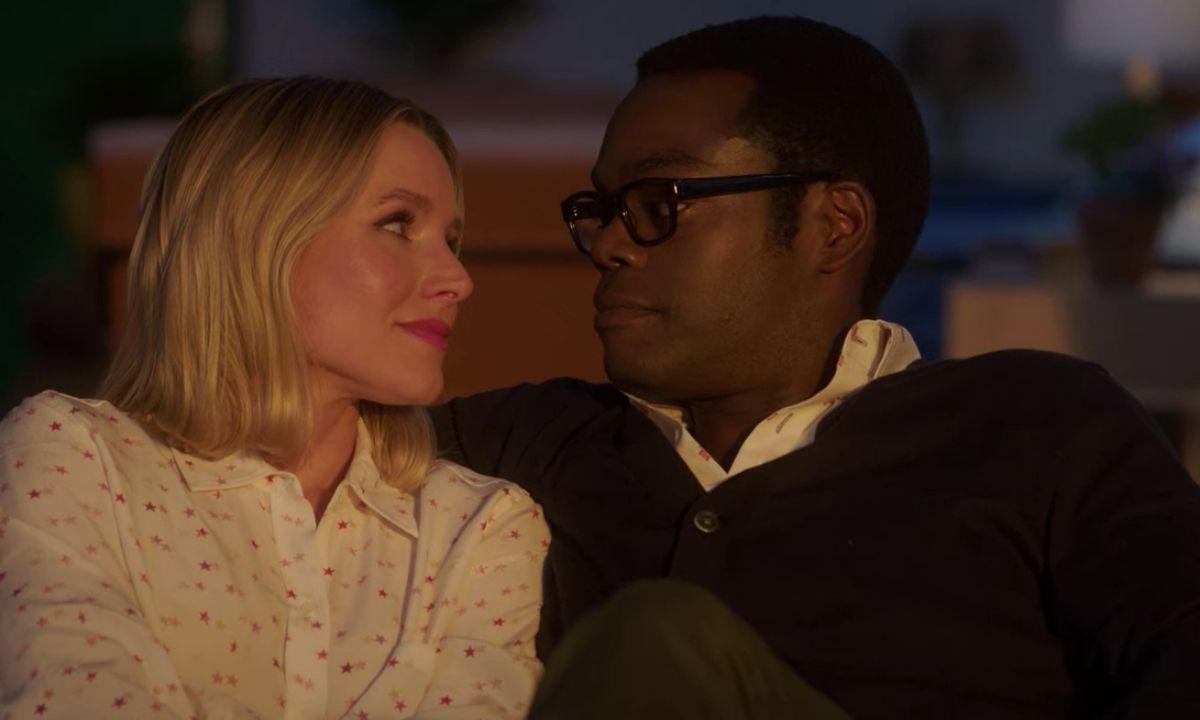 Da sinistra a destra: Chidi (William Jackson Harper) e Eleanor (Kristen Bell) guardano l'ultimo tramonto insieme in The Good Place. Credits: Netflix/fotogramma.
