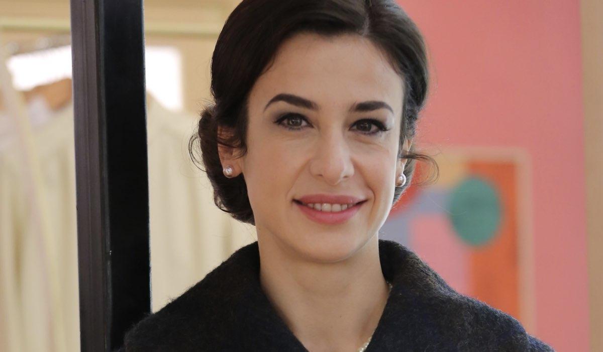 Lara Komar Interpreta Gloria Moreau Ne Il Paradiso Delle Signore 5 Qui In Un Posato Credits P. Bruni E Rai
