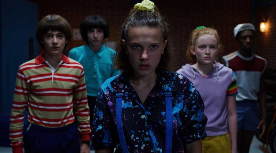 Noah Schnapp, Finn Wolfhard, Millie Bobby Brown, Sadie Sink, Caleb McLaughlin in una scena di Stranger Things. Credits: Netflix.