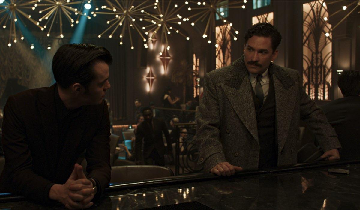 Ben Aldridge (a destra) nei panni di Thomas Wayne nella seconda stagione di Pennyworth. Credits: Starzplay.