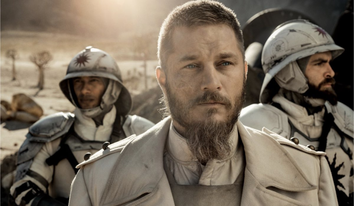 Marcus (Travis Fimmel) in una scena di Raised By Wolves. Credits: Sky.