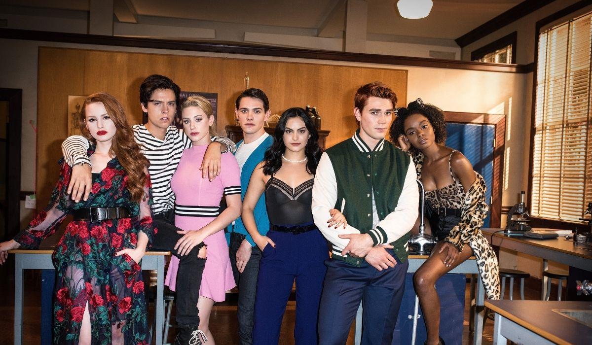 Il cast di Riverdale. Da sinistra a destra: Madelaine Petsch, Cole Sprouse, Lili Reinhardt, Casey Scott, Cami Mendes, KJ Apa e Ashleigh Murray. Credits: Mediaset/Warner Bros. Television.