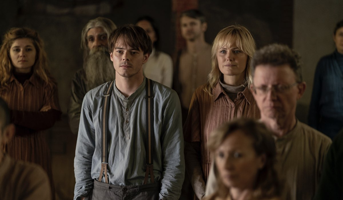 Charlie Heaton e Malin Åkerman in Soulmates. Credits: AMC/Prime Video.