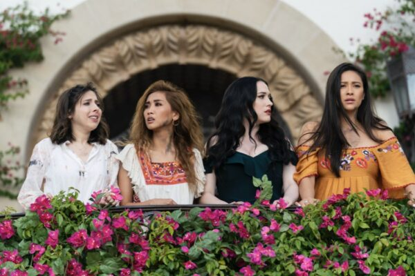 Da sinistra: Da sinistra: Esther Povitsky (Izzy), Brenda Song (Madison), Kat Dennings (Jules) e Shay Mitchell (Stella) in una scena di Dollface. Credits: Disney Plus.