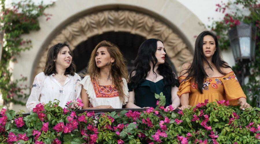 Da sinistra: Da sinistra: Esther Povitsky (Izzy), Brenda Song (Madison), Kat Dennings (Jules) e Shay Mitchell (Stella) in una scena di Dollface. Credits: Disney Plus.