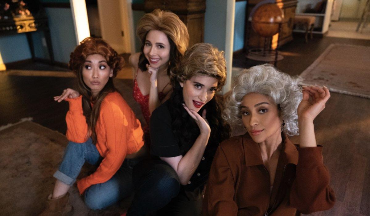 Da sinistra: Brenda Song (Madison), Esther Povitsky (Izzy), Kat Dennings (Jules) e Shay Mitchell (Stella) in una scena di Dollface. Credits: Disney Plus.