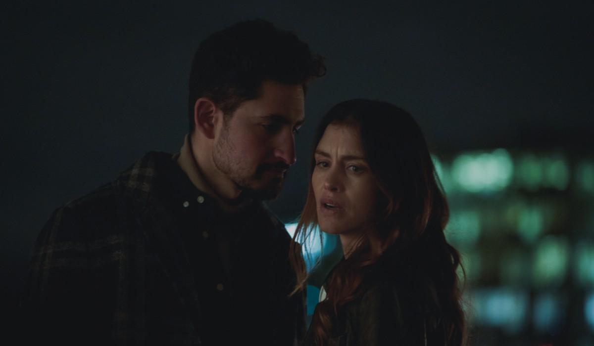 Hannah Ware e Amir El-Masry In The One Credits: Steven Peskett/Netflix