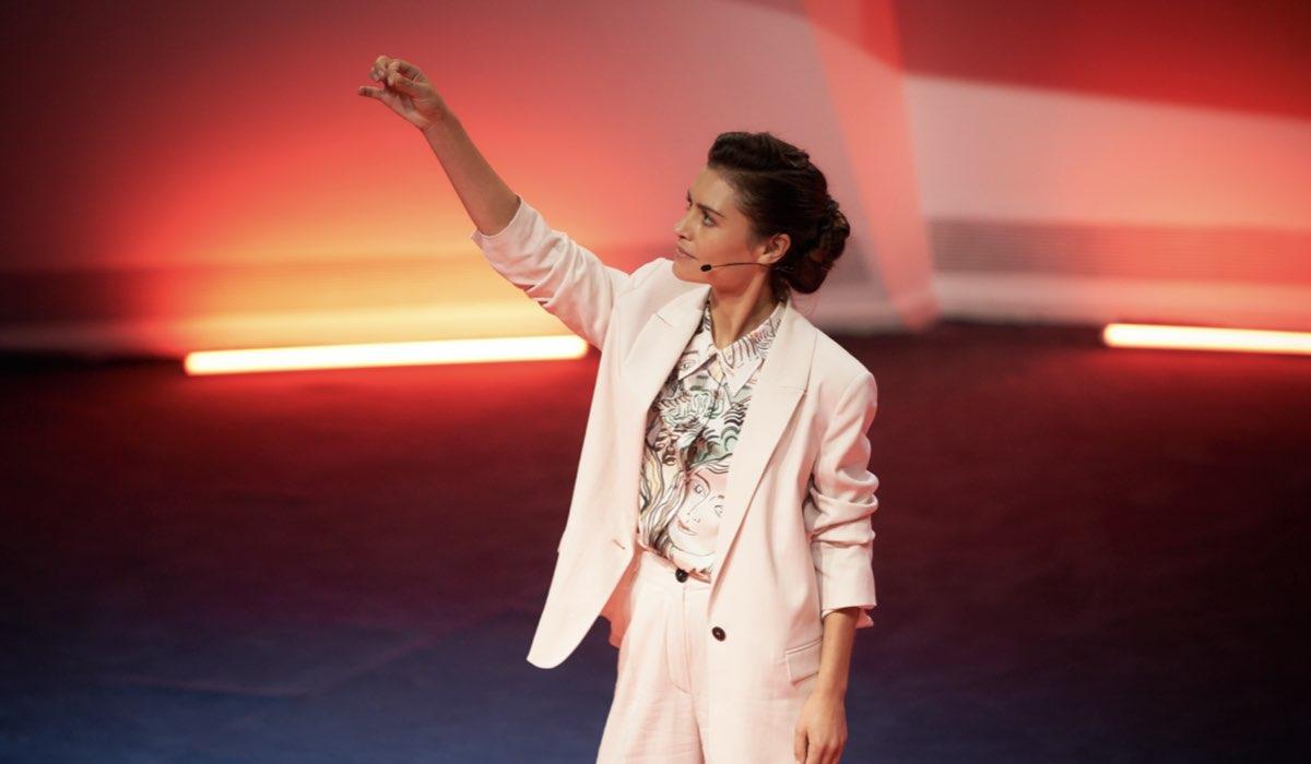 Hannah Ware nei panni di Rebecca in La Coppia Quasi Perfetta. Credits: Netflix.