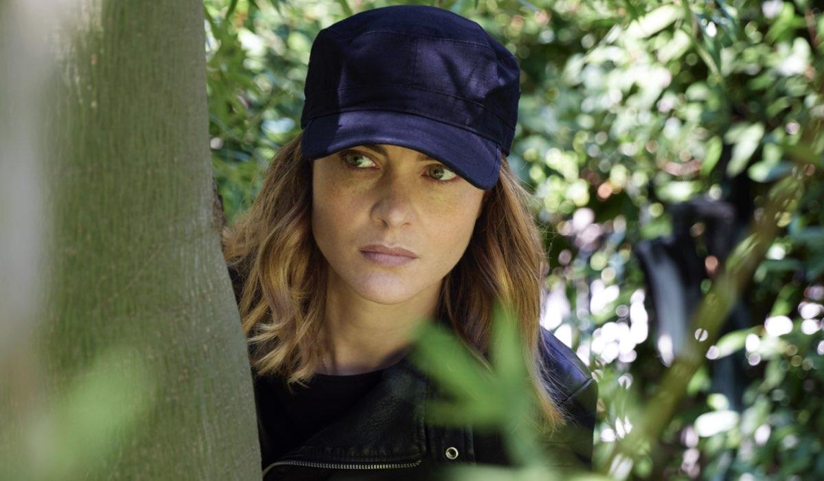 La Fuggitiva: Vittoria Puccini interpreta Arianna Comani, qui in una scena con un cappello Credits Rai