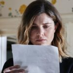 La Fuggitiva: Vittoria Puccini interpreta Arianna Comani, qui in una scena mentre legge Credits Rai