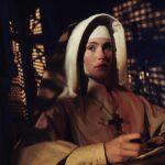 Gemma Arterton, la protagonista di Narciso Nero, nei panni di Madre Clodagh.