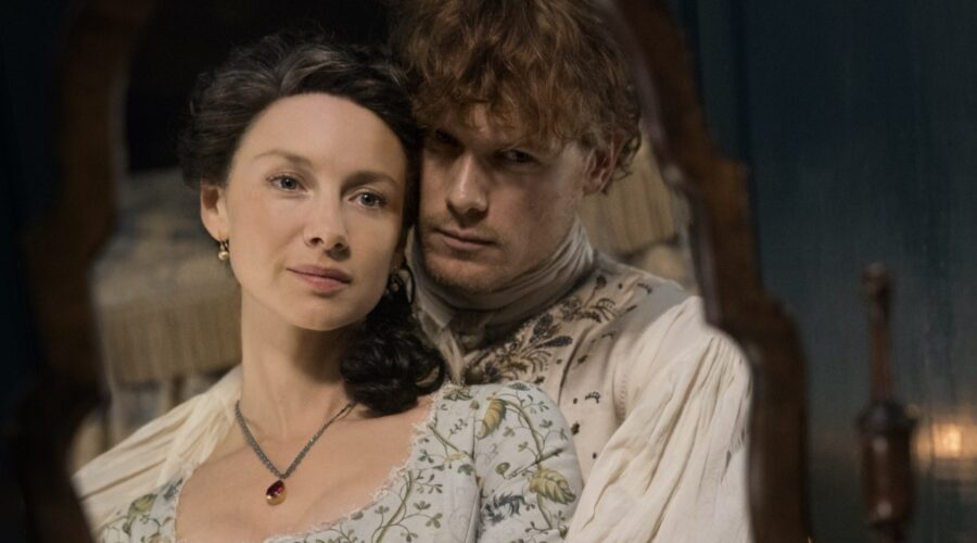 Caitriona Balfe e Sam Heughan in una scena di Outlander. Credits: Fox.