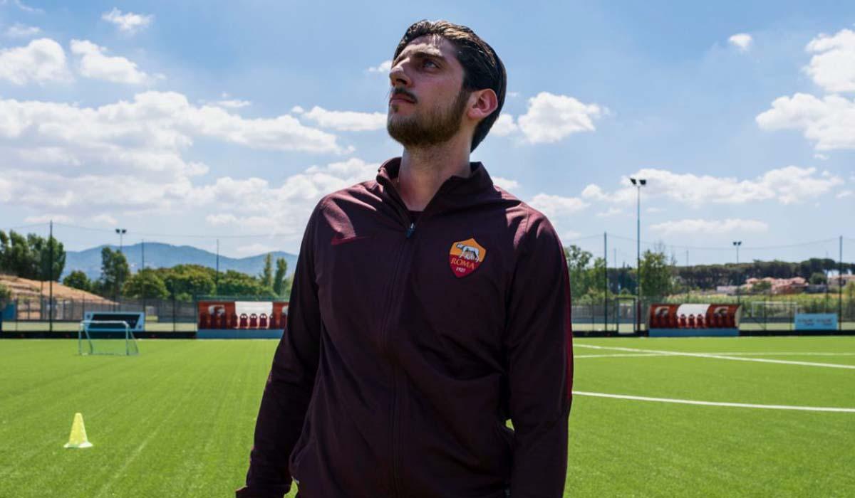 Pietro Castellitto (Francesco Totti) all'interno di un campo da calcio in Speravo De Morì Prima. Credits: Iacovelli-Zayed/Sky.
