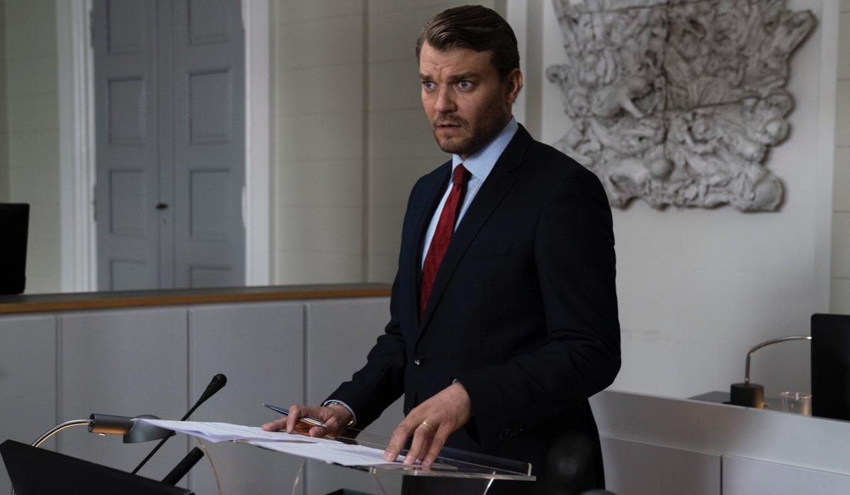 Pilou Asbæk in una scena di The Investigation. Credits: Sky Italia.