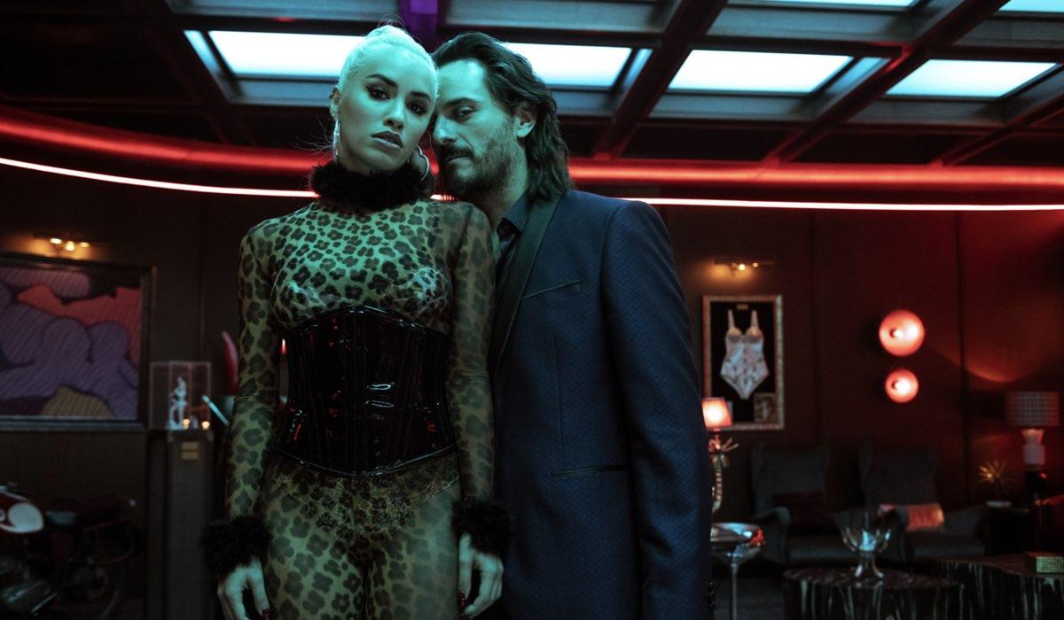 Da sinistra: Wendy (Lola Espósito) e Romeo (Asier Etxeandia) in una scena di Sky Rojo. Credits: Tamara Arranz/Netflix.
