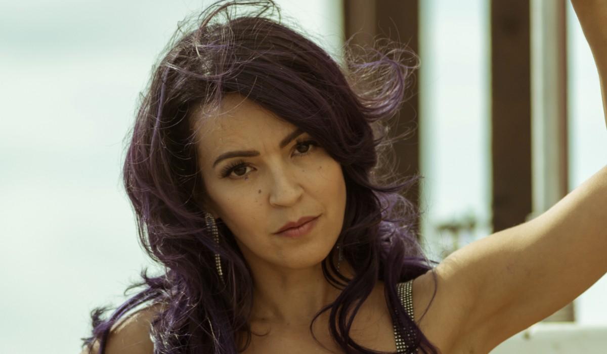 Veronica Sanchez Interpreta Coral In Sky Rojo. Credits: Tamara Arranz/Netflix