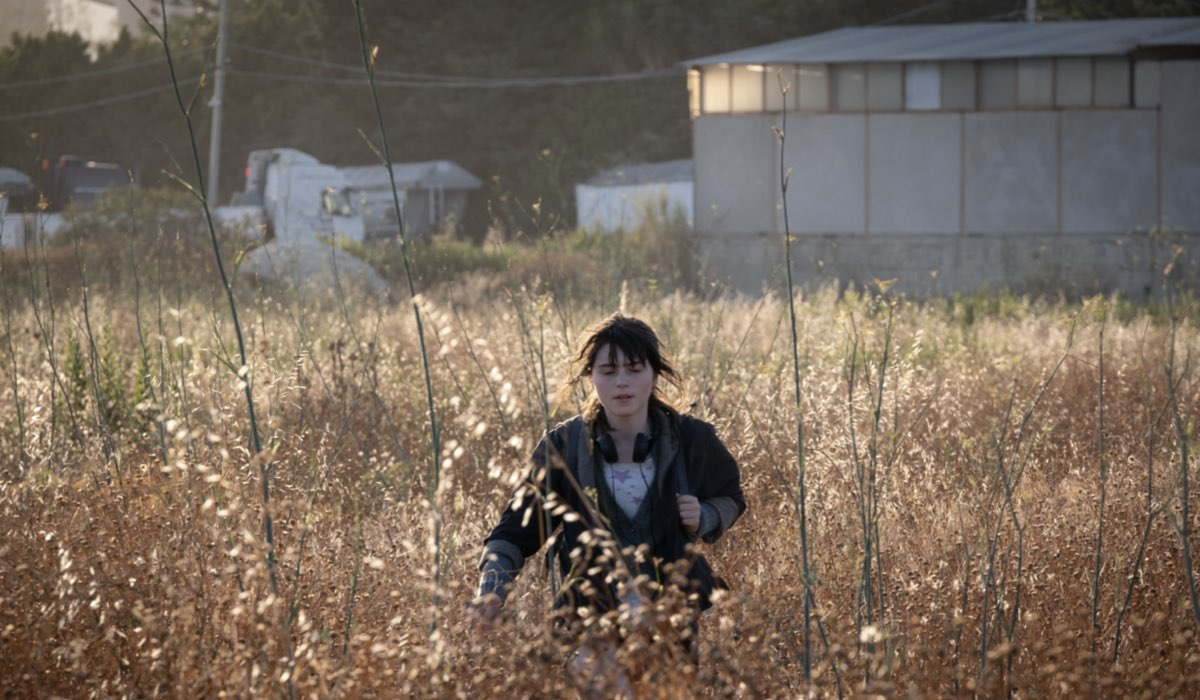Anna (Giulia Dragotto) si avventura per cercare cibo. Credits: Greta De Lazzaris/Sky.