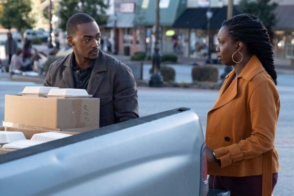 Anthony Mackie e Guendalina Ward in una scena di The Falcon and the Winter Soldier. Credits: Disney e Marvel Studios.