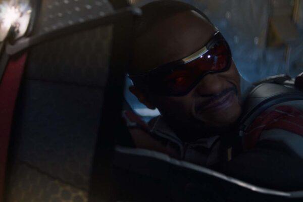 Anthony Mackie è Sam Wilson nella serie televisiva The Falcon and the Winter Soldier. Credits: Disney e Marvel Studios.
