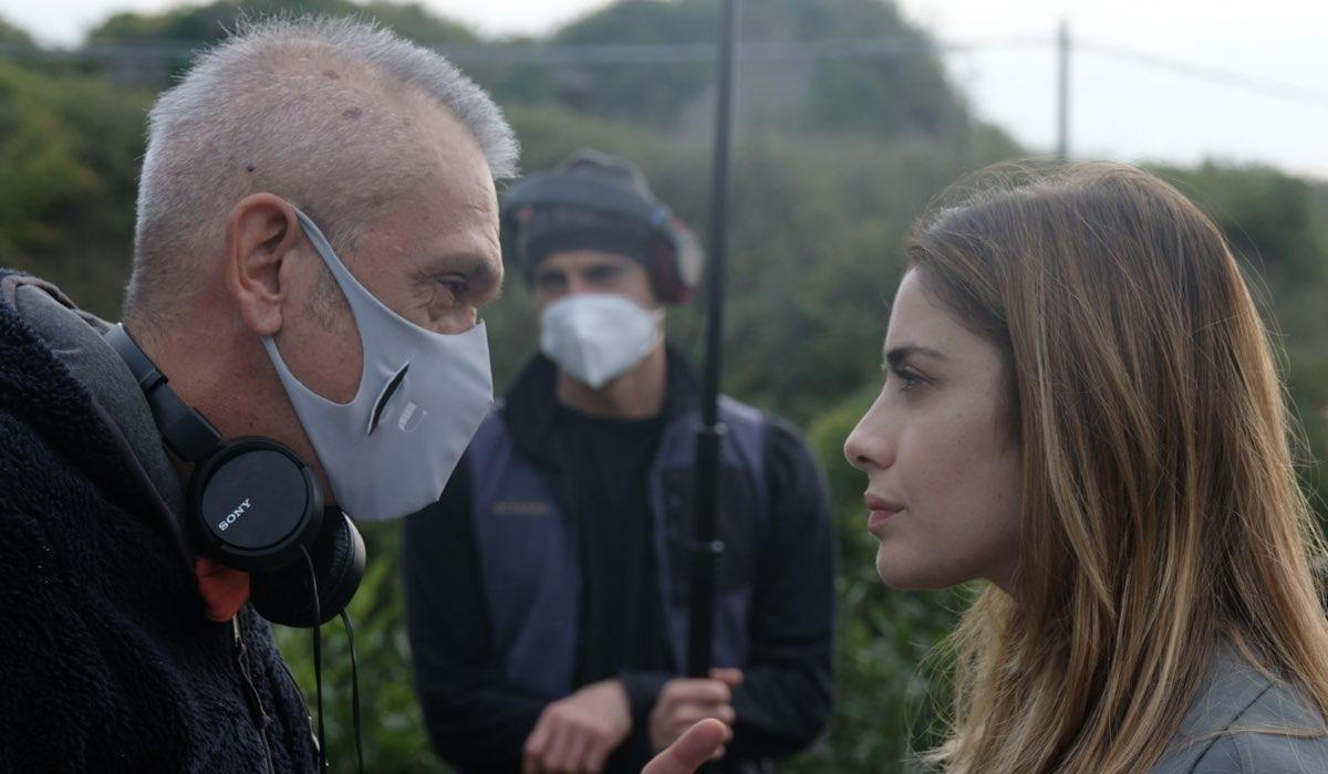 Chiamami ancora amore, il regista Gianluca Maria Tavarelli e Greta Scarano in una foto di backstage. Credits: Fabrizio de Blasio e Rai
