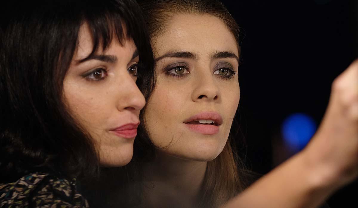 Liliana Fiorelli e Greta Scarano in una scena di Chiamami ancora amore. Credits: Fabrizio de Blasio e Rai.