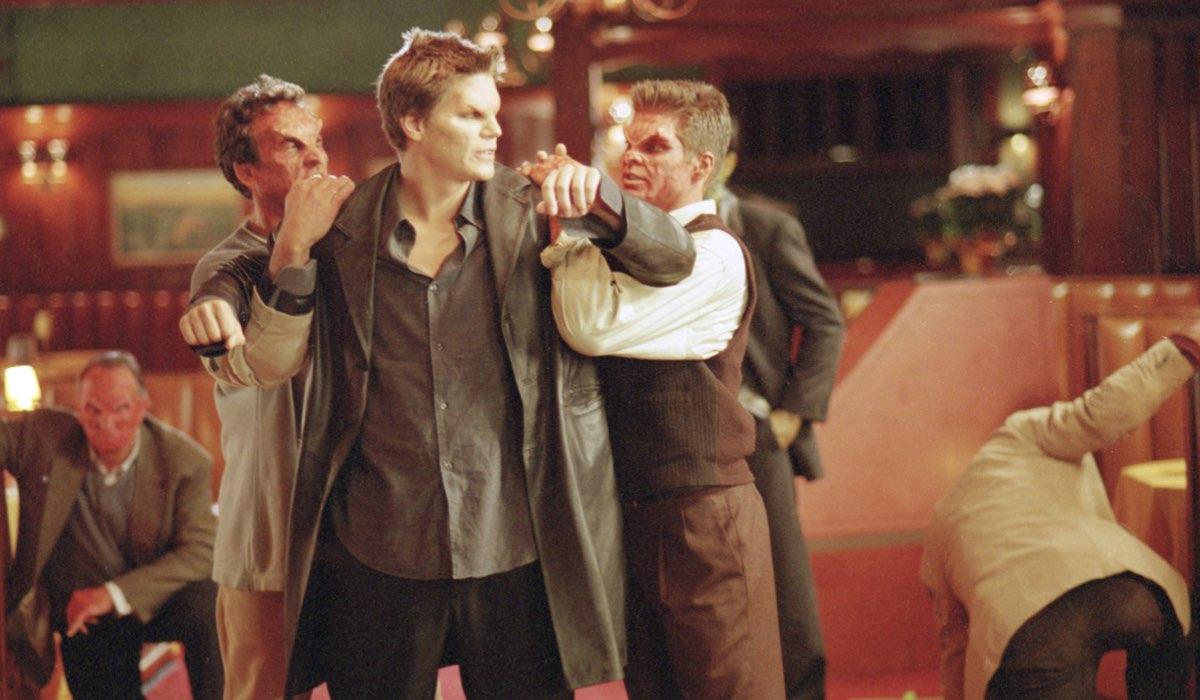 David Boreanaz interpreta il vampiro Angel, qui in una scena della serie. Credits: 20th Century Fox via Star/Disney Plus.