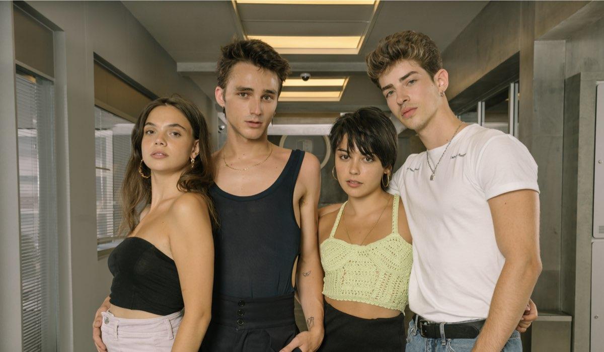 Da sinistra a destra: Martina Cariddi, Pol Granch, Carla Diaz e Manu Rios. Credits: Niete/Netflix.