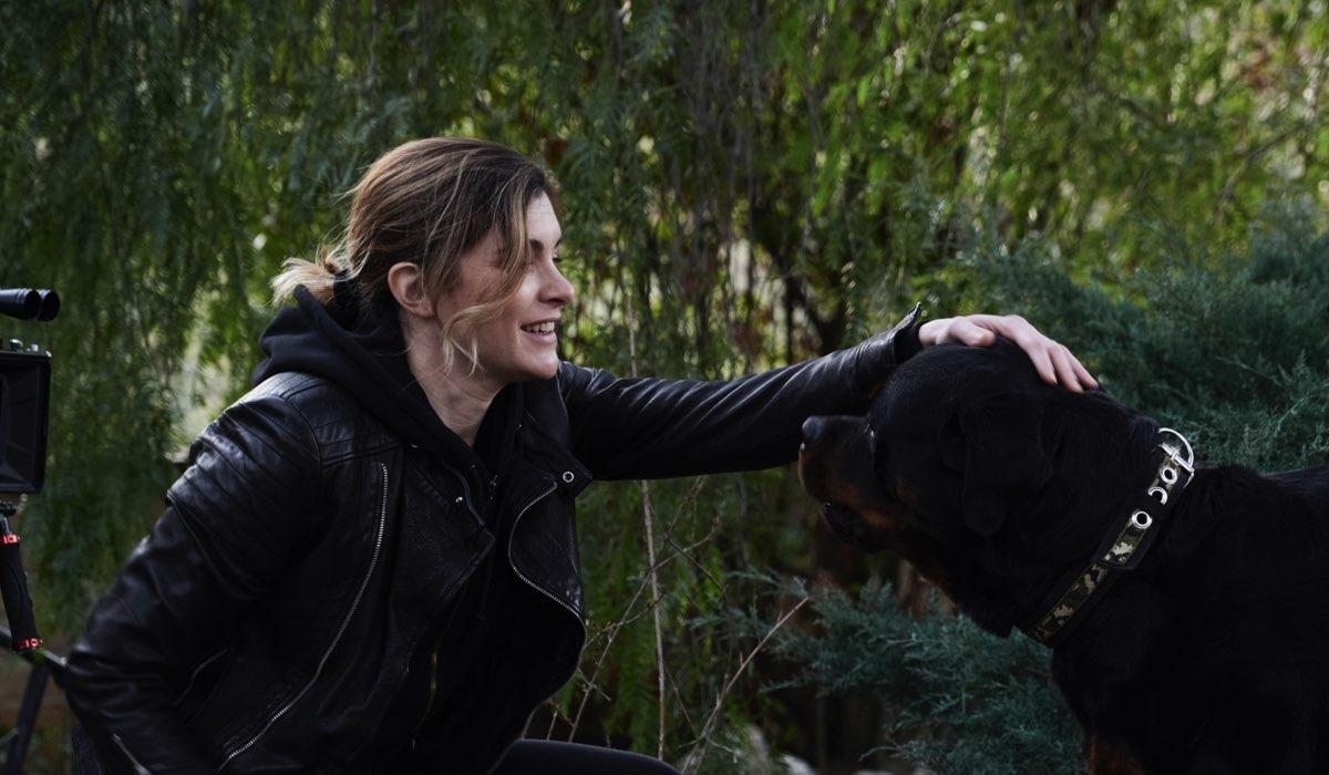 La Fuggitiva, qui Vittoria Puccini in una scena con un cane Credits Rai