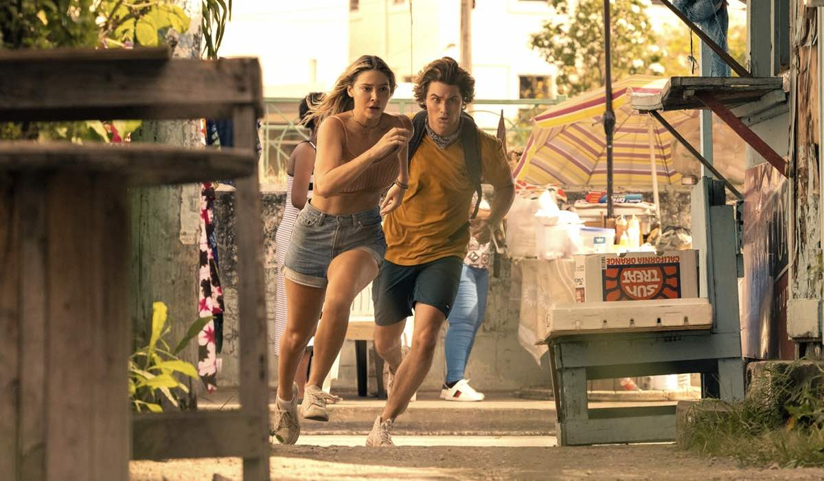 Madelyn Cline E Chase Stokes In Outer Banks 2x01. Credits: Jackson Lee Davis/Netflix © 2021