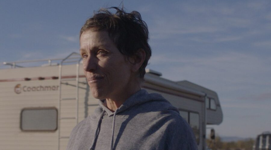 "Fern (Frances McDormand) in una scena di ""Nomadland"", dal 30 aprile in streaming su Star di Disney+."