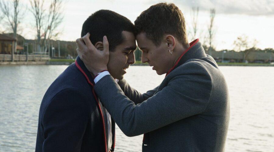 Da sinistra a destra: Omar Ayuso (Omar) e Arón Piper (Ander) in Élite 4. Credits: Niete/Netflix.