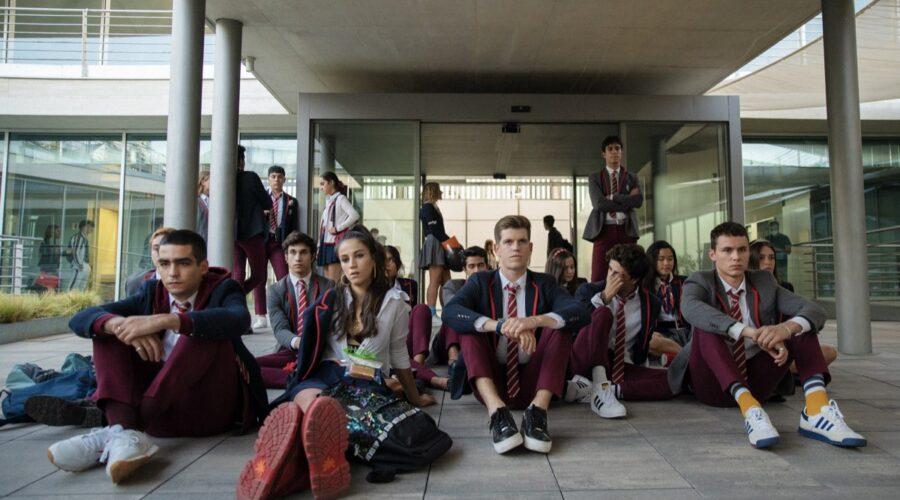 Gli studenti di Las Encinas inscenano una protesta nei corridoi della scuola. Credits: Niete/Netflix.