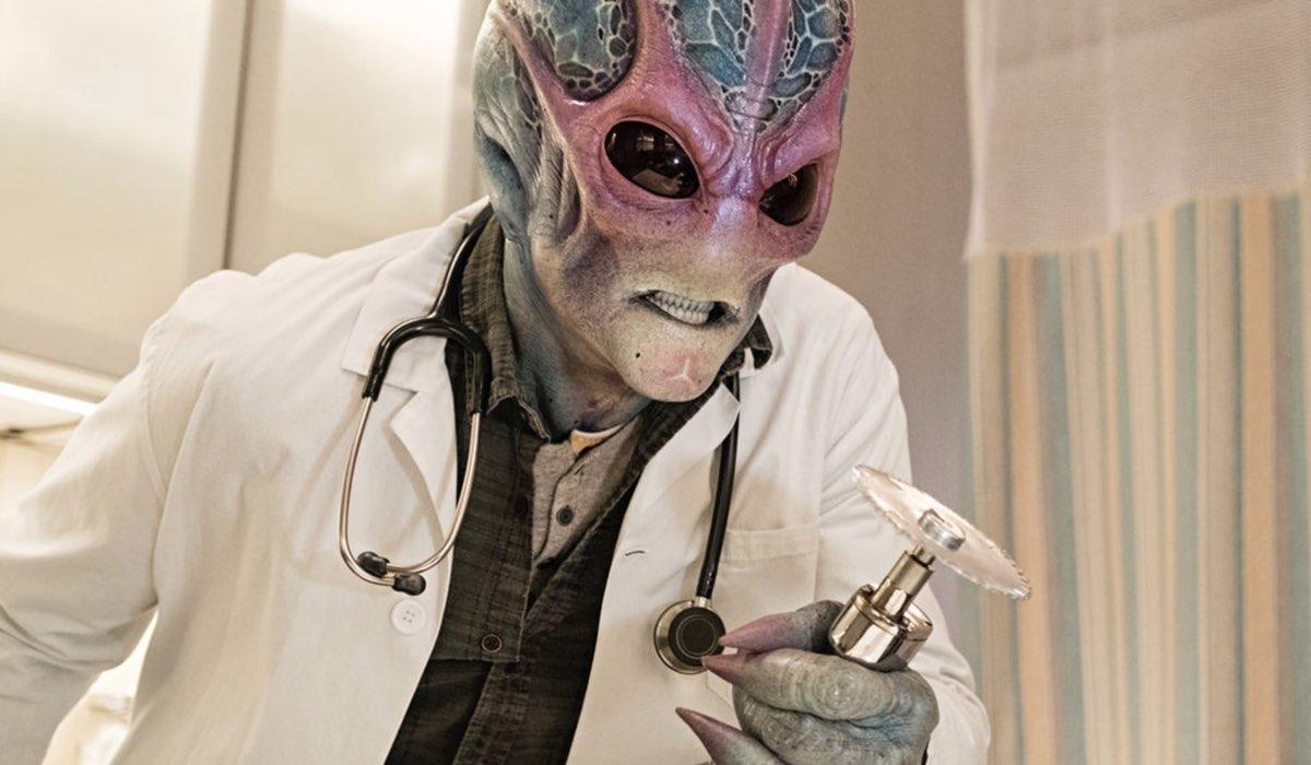 """L'alieno che si spaccia Harry Vanderspeigle in """"Resident Alien"""". Credits: Rai 4/Syfy."""
