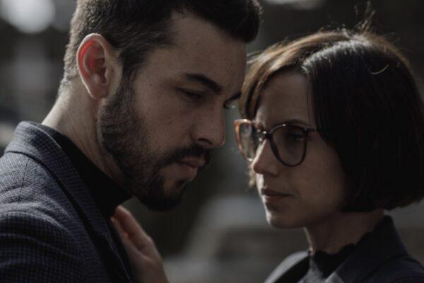 Mat (Mario Casas) e Olivia (Aura Garrido) in Suburbia Killer. Credits: Quim Vives/Netflix.