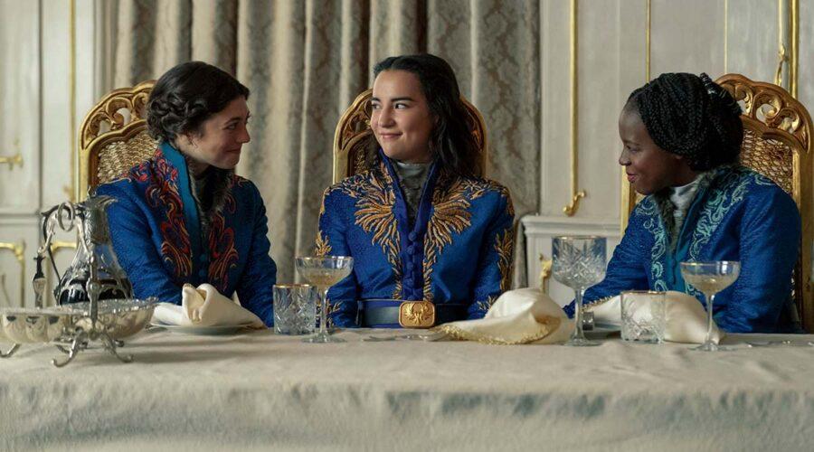 Jasmine Blackborow (Marie), Jessie Mei Li (Alina Starkov) e Gabrielle Brooks (Nadia) nella serie TV Tenebre e Ossa. Credits: David Appleby/Netflix.