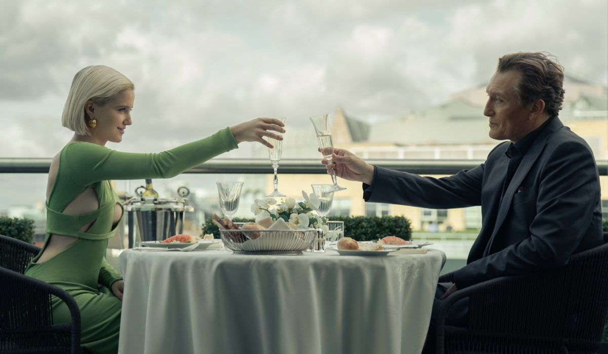 Da sinistra: Iris (Julia Goldani Telles) e Georges Verhoeven (Oliver Masucci) in una scena della terza stagione. Credits: Aimee Spinks/Starzplay.
